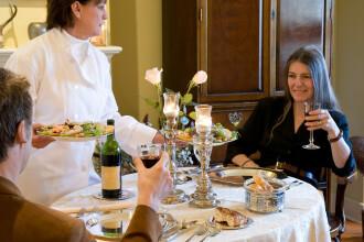 Un like pe pagina noastra de Facebook sau o declaratie trasnita iti pot aduce o cina in oras