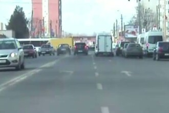 Imagini spectaculoase. Un sofer a fugit de politisti pana cand a intrat cu masina intr-un stalp