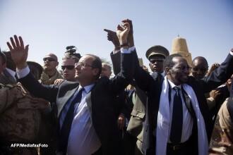 François Hollande a fost intampinat ca un eliberator in Mali si a primit cadou o camila tanara