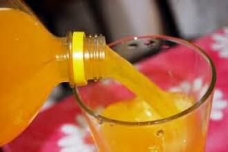 Ce i s-a intamplat unui tanar care a baut 7,5 litri de suc pe zi, timp de trei ani