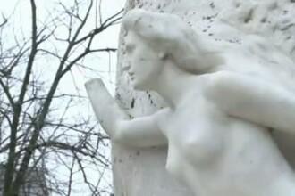 Statuia cu muza lui Mihai Eminescu a ramas iar fara mana. A fost rupta de un tanar neatent