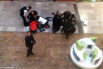 Incident bizar intr-un mall din Londra. Un barbat a cazut de la balustrada peste un alt cumparator