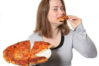 A mancat 31 de ani numai pizza. Ce risca femeia daca nu isi schimba urgent regimul alimentar