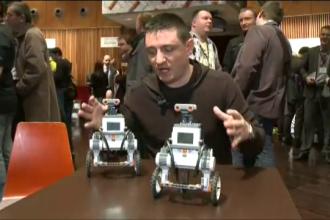 Cele mai distractive jucarii de la MWC 2013. Robotii care nu cad niciodata din picioare. VIDEO