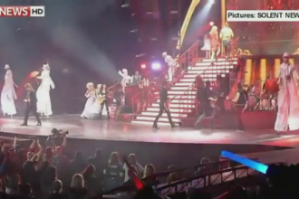 A dat buzna pe scena pentru a-i da un bilet. Gestul unui fan in timpul concertului lui Taylor Swift. VIDEO