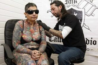 Motivul pentru care o femeie oarba si-a acoperit trupul cu tatuaje.