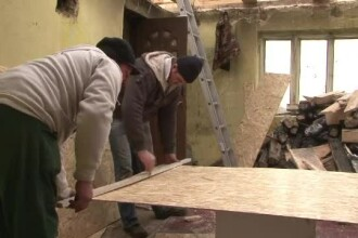 Exemplu emotionant de omenie intr-un sat din Bacau. Satenii s-au unit pentru a repara casa unei familii cu trei copii