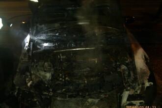 O masina de cateva zeci de mii de euro a fost mistuita de flacari, la Oradea. Focul a fost pus intentionat. FOTO
