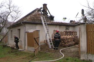 Incendiu la o casa din judetul Timis. Acoperisul a fost distrus aproape in intregime. FOTO