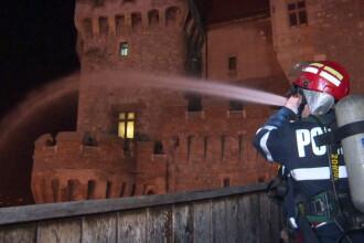 Incendiu la Castelul Corvinilor. Din fericire, a fost vorba doar despre un exercitiu al pompierilor din Hunedoara. FOTO