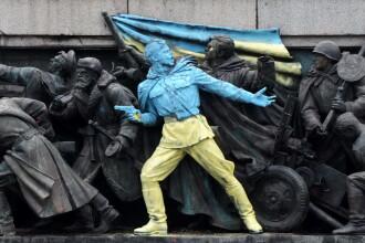 Un artist bulgar a vopsit in culorile Ucrainei monumentul soldatilor sovietici din Sofia, spre furia rusilor