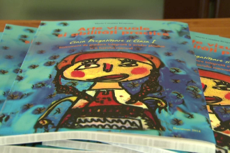 Manualele care vor inlocui tableta au ajuns si in scolile din Romania. Cum ii vor salva pe copii de
