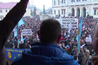 Peste 5000 de mineri au protestat in strada, la Targu-Jiu. Oamenii sunt nemultumiti ca salariile le vor fi taiate cu 40%