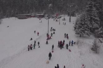 Zapada nu a adus doar nervi, ci si bucurie. Zecile de mii de turisti de la munte s-au distrat pe partie