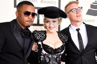 Gestul facut de Madonna in fata fotografilor, la gala Premiilor Grammy, in Los Angeles