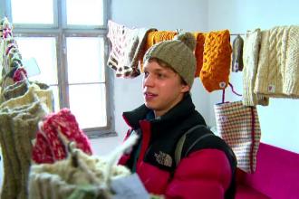 Un roman face bani dintr-un vechi mestesug: vinde ciorapi si caciuli de lana in Europa. Povestea baiatului din Rosia Montana