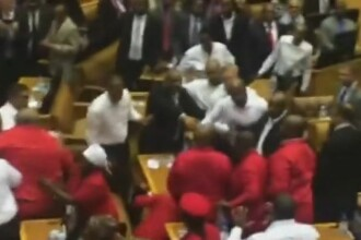 Bataie generalizata in Parlamentul Africii de Sud, in timp ce presedintele sustinea un discurs. VIDEO