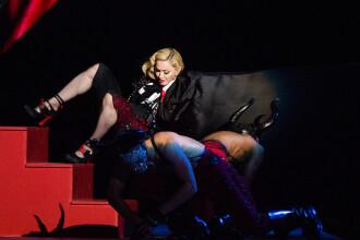 Madonna a cazut pe scena in timp ce canta la Brit Awards 2015. Momentul s-a viralizat pe retelele de socializare. VIDEO