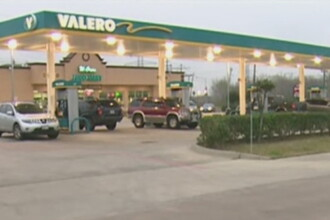 Cum s-a luptat o tanara din Houston cu hotul care tocmai ii furase geanta intr-o benzinarie: