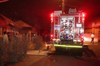 Ancheta in Timisoara dupa ce o casa a luat foc la marginea orasului. Speriati, vecinii au incercat sa stinga focul