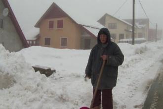 Inceput de primavara cu un strat de zapada de peste un metru la Ranca. In zona, a nins fara oprire in ultimele doua zile