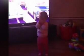 Momentul in care o fetita de 1 an este impinsa la pamant de o forta invizibila, in timp ce se juca cu parintii. VIDEO