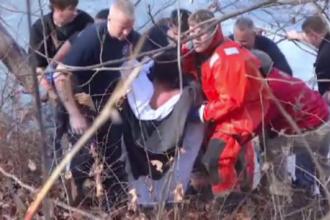 Un tanar de 16 ani a fost salvat in ultimul moment dupa ce a cazut intr-un lac inghetat. O femeie a filmat toata scena