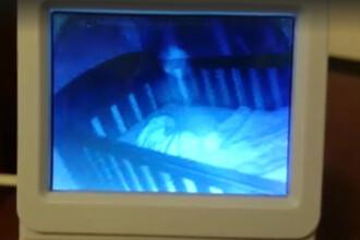 A inghetat de groaza cand a vazut imaginile capturate de monitorul fetitei sale. Silueta care apare langa pat in plina noapte