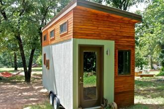 Nu si-a permis sa stea in chirie, asa ca si-a construit singur o casa in miniatura. Este incredibil cum arata pe interior