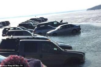 Decizia neinspirata a catorva soferi americani. 20 de masini au ajuns in apa unui lac dupa ce au fost parcate pe gheata