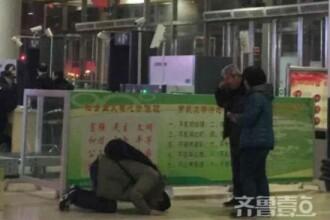 Moment emotionant intr-o gara din China. Motivul pentru care un barbat si-a cerut iertare in genunchi in fata parintilor