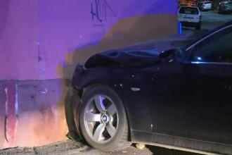 O masina a ajuns in peretele unei case dupa o ciocnire violenta in apropiere de dealul Mitropoliei din Capitala