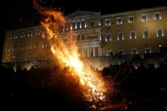 Scene ca dupa razboi pe strazile din Atena. Un protest al fermierilor s-a incheiat printr-o bataie cu jandarmii