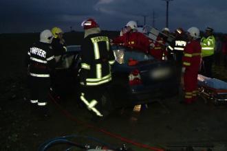 Doua masini s-au ciocnit violent pe un drum cu o singura banda din Timis.