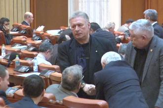 Deputatii l-au scapat pe Voicu de retinere si de arest si au plecat din sala la votul pentru Paun. Filmul zilei in Parlament