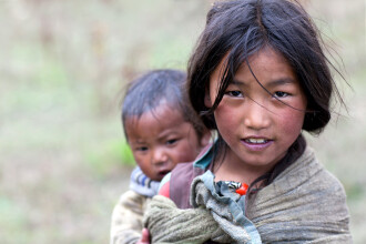 Chinul prin care trec zilnic copiii dintr-un sat din Nepal, ca sa ajunga la scoala: traverseaza un rau, tinandu-se de cabluri