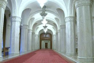 Cat costa sa inchiriezi pentru o zi o sala din Casa Poporului: un regizor german vrea sa filmeze un documentar despre Nero