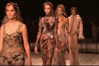 Saptamana modei de la Londra. Colectia Alexander McQueen atrage prin cristalele stralucitoare si rochiile somptuoase