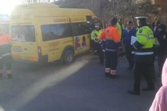 Noua copii au fost raniti in timp ce se indreptau spre scoala. Microbuzul in care se aflau a fost lovit de un autoturism