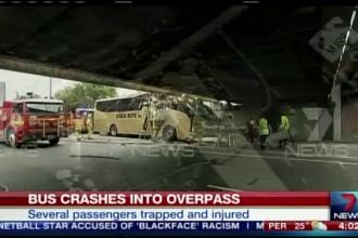 Socul trait de 10 australieni dupa ce autobuzul in care se aflau s-a lovit de un pod. Cum au fost scosi pasagerii