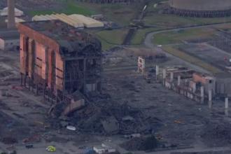Un mort si trei disparuti dupa ce o centrala termica din Anglia, care urma sa fie demolata, s-a prabusit