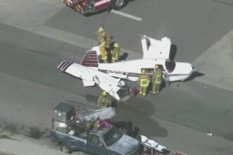 Un avion de mici dimensiuni a aterizat pe un drum. Camerele au filmat momentul in care ridica o masina cu rotile in aer
