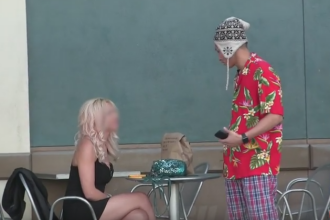 A abordat o femeie, imbracat in pijamale, si a fost refuzat. Reactia tinerei cand afla ca el conduce un Mercedes: VIDEO