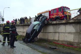 Accident demn de o cascadorie la Targu Mures. Norocul incredibil al unor tineri care au ramas cu masina astfel