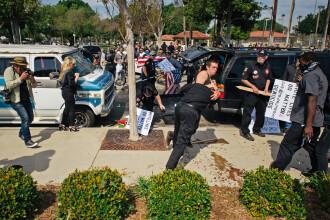 Violente in California la o intrunire a extremistilor Ku Klux Klan. 3 oameni au fost injunghiati si 2 calcati in picioare