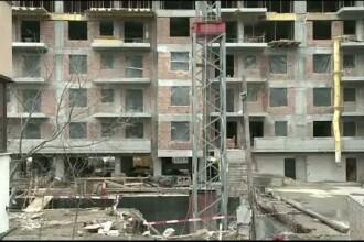Un muncitor de 55 de ani a murit, dupa ce a cazut in putul unui lift. Colegii barbatului suspecteaza deja cine e vinovat