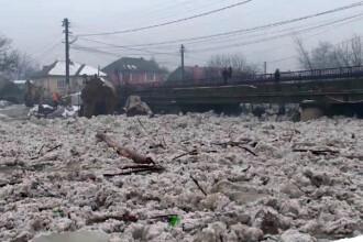 Cod portocaliu de inundatii in nordul tarii, pompierii au aruncat in aer sloiurile de pe rauri.