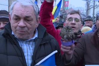 Garda de Mediu, sesizata in cazul barbatului care a adus la protestul de la Cotroceni o cucuvea vie. Ce risca acesta