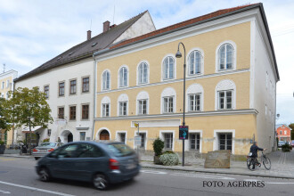 Dublura a lui Hitler, vazuta chiar in orasul natal al dictatorului nazist, Cum se prezinta barbatul misterios