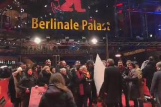 Reprezentantii cinematografiei romanesti au protestat pe covorul rosu al Berlinalei. Pancartele afisate de acestia